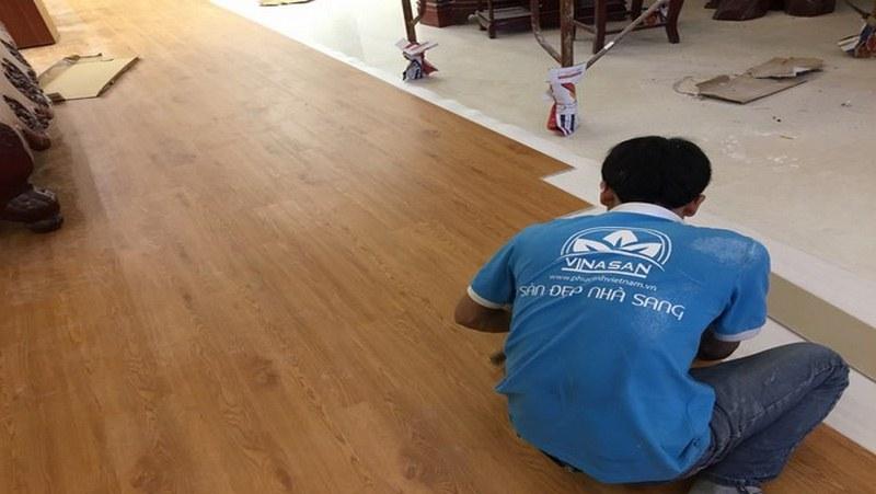 Đội thợ thi công lắp đặt sàn gỗ