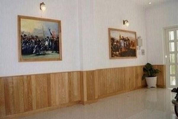 Mẫu ốp gỗ chân tường phòng khách