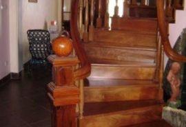 Cầu thang gỗ căm xe;