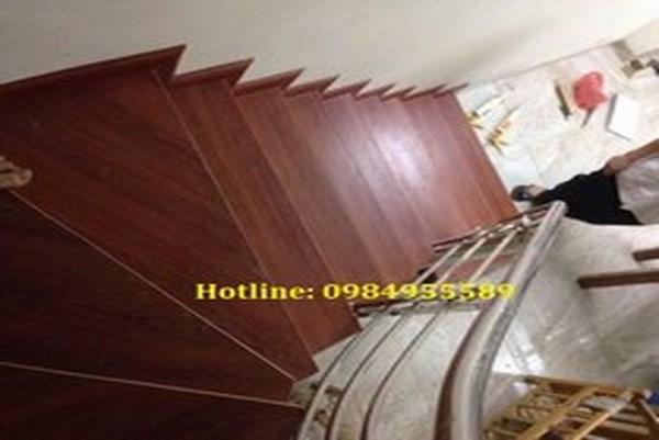 thi công cầu thang gỗ công nghiệp